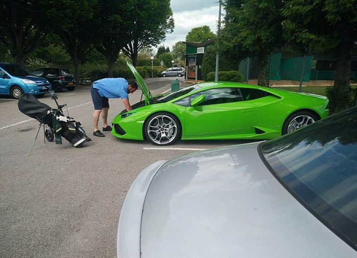 Lamborghini Owner Has To Call In Some Help To Transport His Golf Clubs
