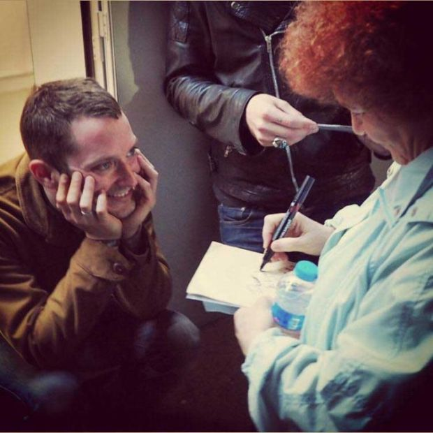 Pictures Of Celebrities Asking Other Celebrities For Their Autographs