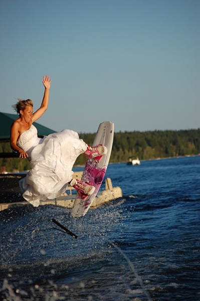 Couples Who Went Out Of Their Way To Take Amusing Wedding Pictures