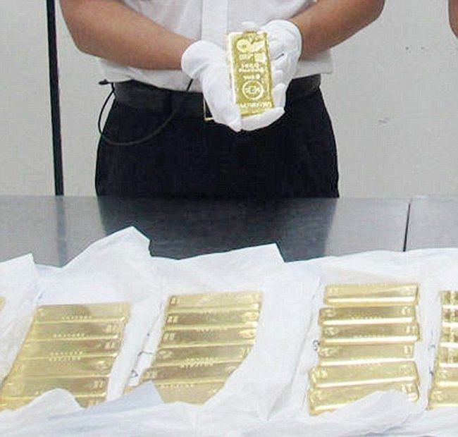 Chinese Customs Officials Detain 12 Tourists Carrying Gold Bars