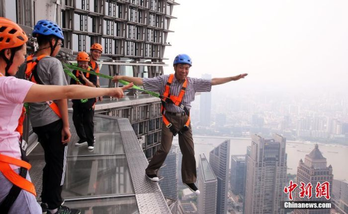 Shanghai Skyscraper Lets Visitors Walk On The Edge Without Handrails