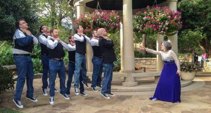 Awesome Groomsmen Who Took Their Wedding Photos To The Next Level
