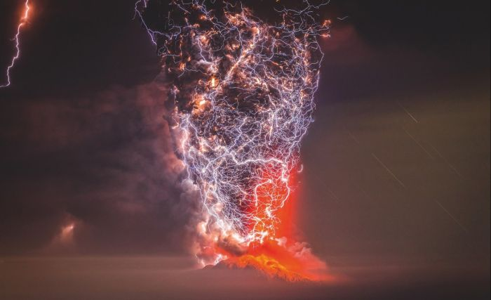 Lightning Strikes Chilean Volcano At The Perfect Moment ...