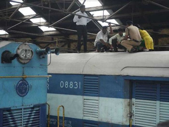 Robbers In India Cut A Hole In This Moving Train To Steal Money