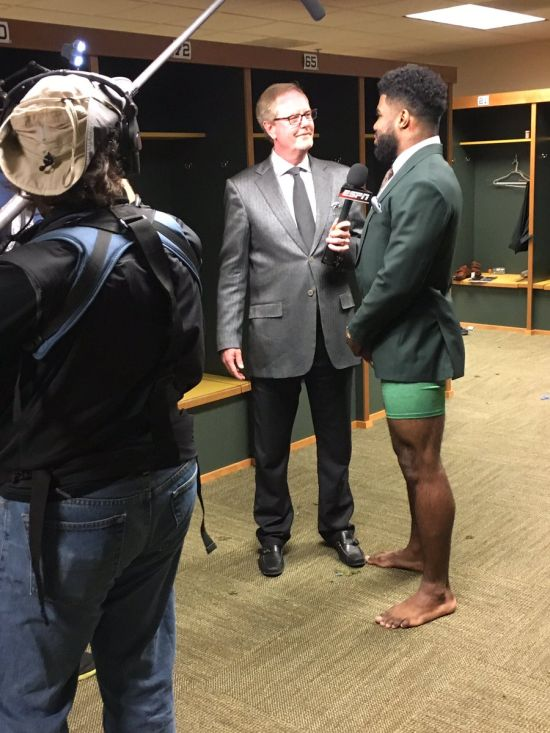 NFL Player Ezekiel Elliot Doesn't Need Pants For Interviews