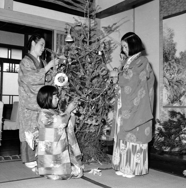25 Interesting Photos Of Christmas Past