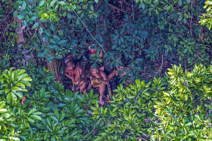 Photographer Snaps Photos Of Savage Tribe In The Amazon