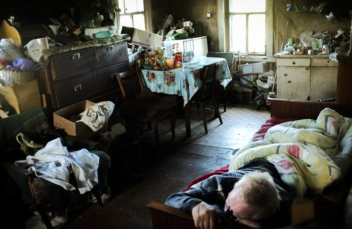Eerie Photos Capture The Lives Of People Living In Russia's Dying Towns