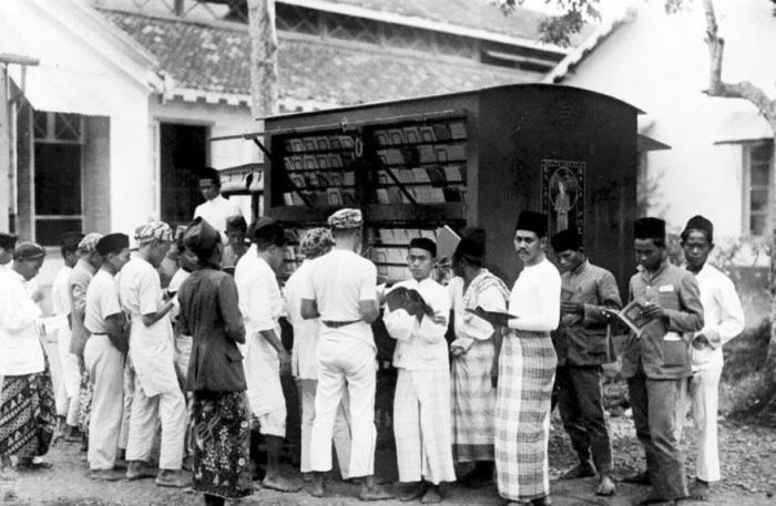 Before Amazon People Got Their Books From Bookmobiles