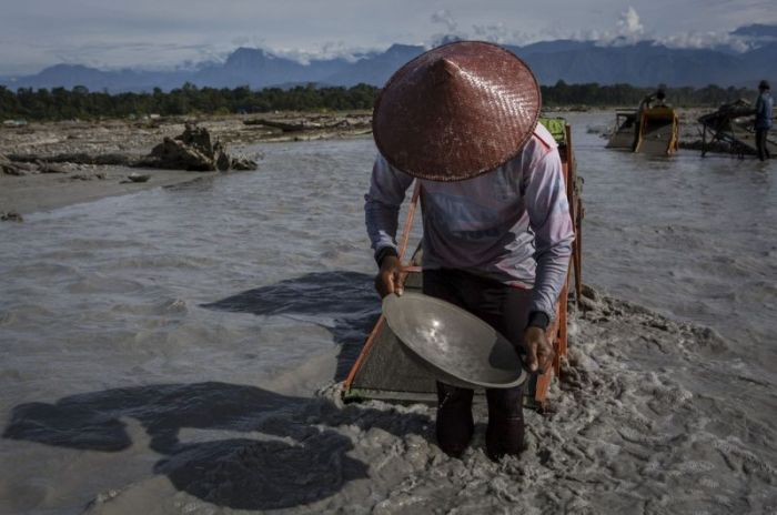 On The Ground With Gold Miners In Indonesia