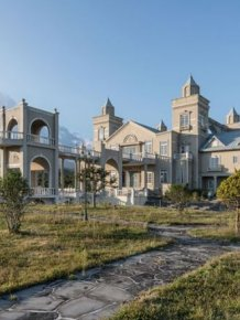 Abandoned Mansion In South Korea Is Gradually Being Destroyed