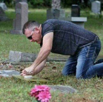 Man Spends His One Day Off Cleaning Veterans' Tombstones