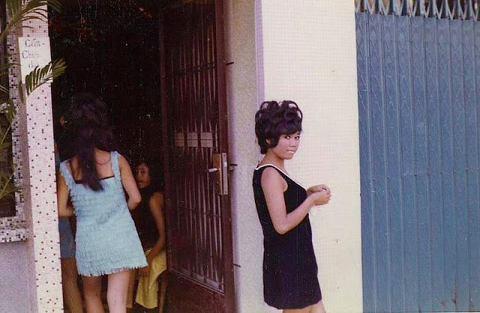 Candid Color Shots Show Bar Girls During The Vietnam War