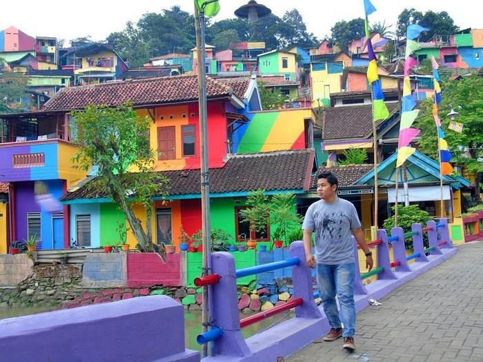 Indonesian Government Turns Slum Into A Rainbow Village