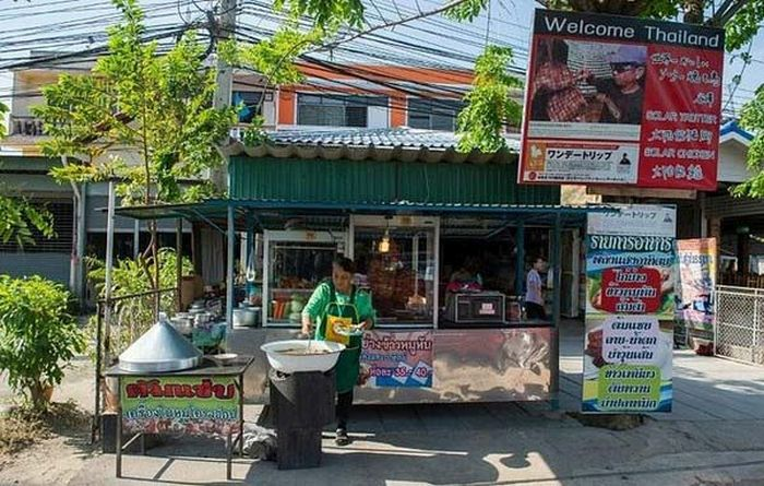 Thailand Man Uses The Power Of The Sun To Cook Chicken