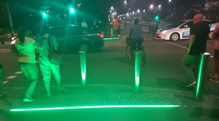 New Traffic Light Aimed At People Who Stare At Their Phones