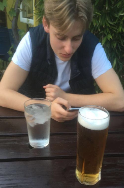Guy Pulls Hilarious Snapchat Prank On His Friends At The Bar
