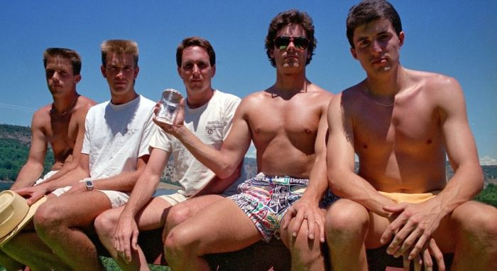 High School Friends Recreate The Same Photo Every Five Years