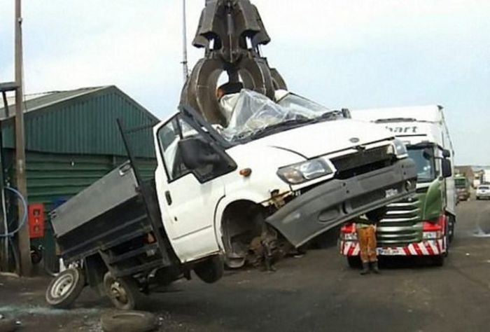 Court Of London Destroys Trucks After Violator Drops Garbage On The Road
