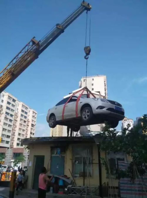 Lady Finds Car On Roof After Refusing To Pay For Parking
