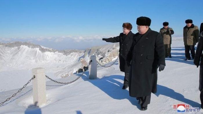 Kim Jong Un Teaches People How To Work