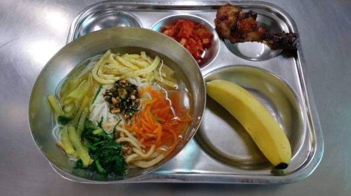 Student Lunch: Korea vs The USA