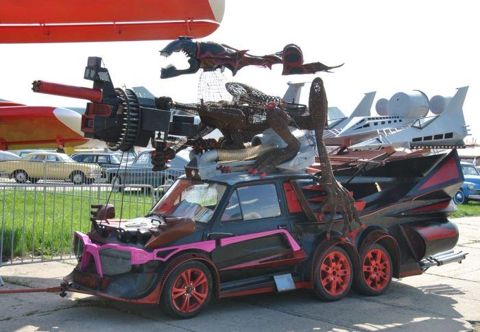Strange Six-wheeled Car