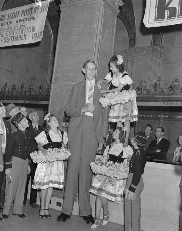Robert Wadlow Was The World's Tallest Man at 8ft 11in