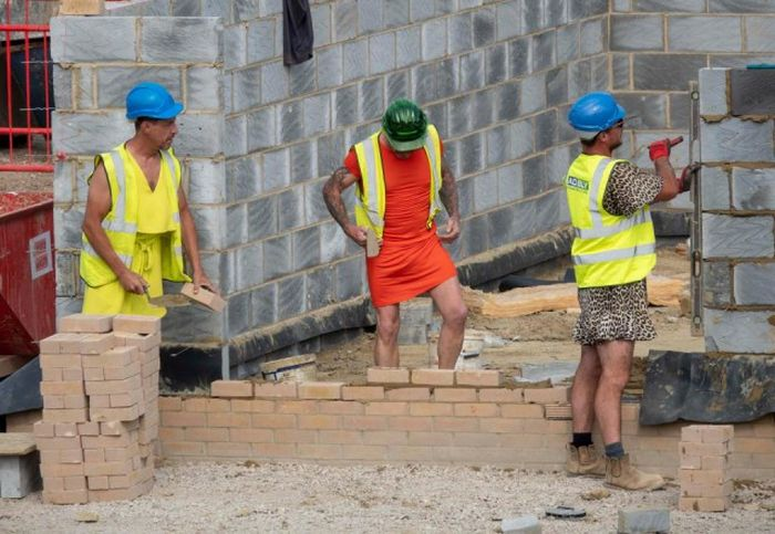 This Is How British Builders React To The Ban On Wearing Shorts
