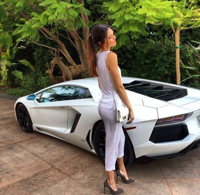 Outfits Of The Kardashians Suits Their Cars