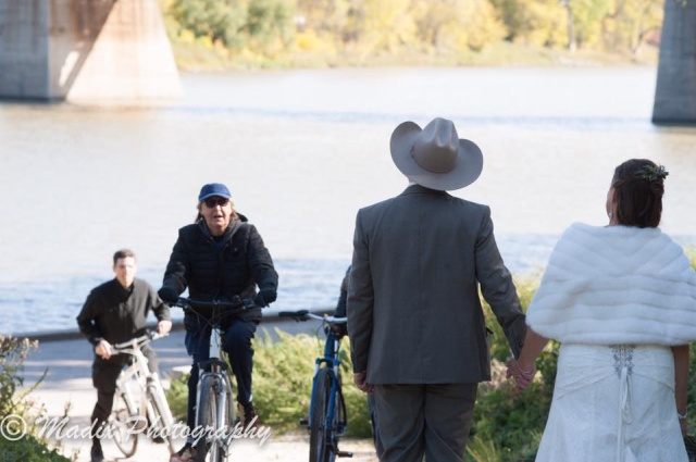 Paul McCartney photobombs Winnipeg Couple's Wedding Photos