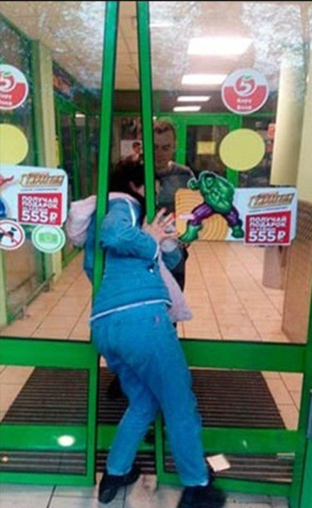 Girl Got Stuck When Robbed A Store In Russia