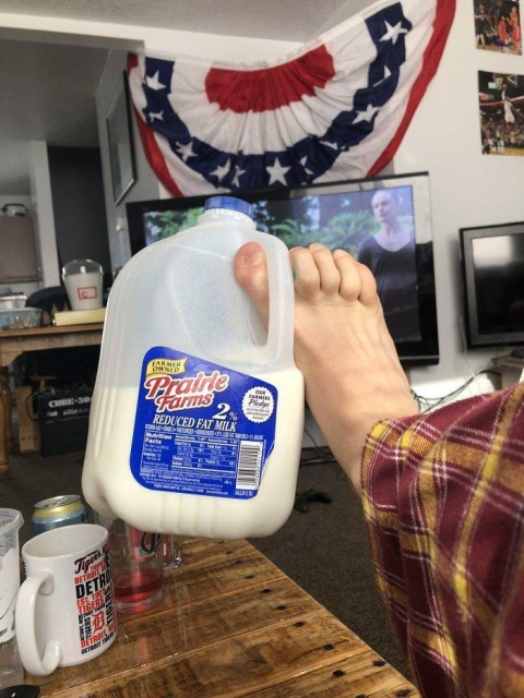 The Worst Ways To Hold Your Drink