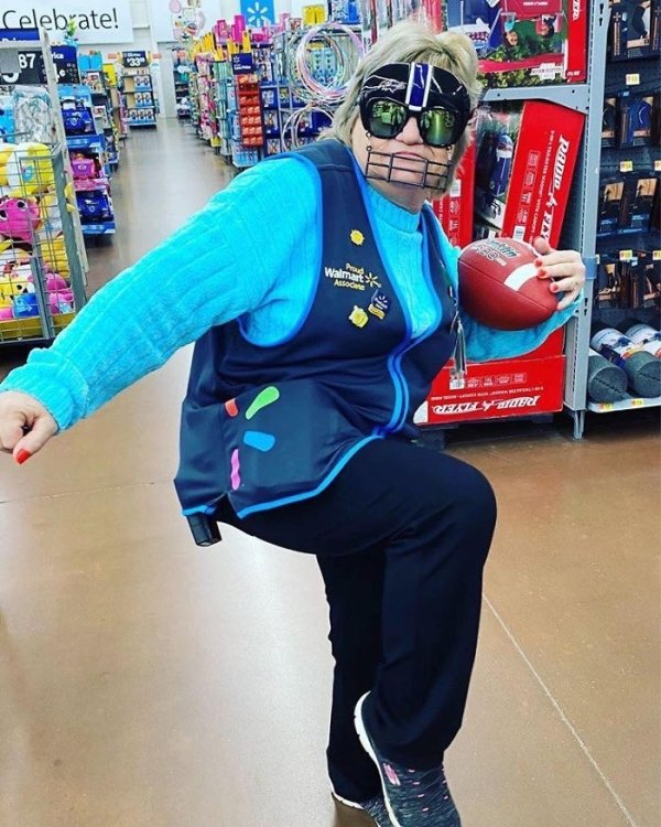 This Walmart Employee Knows How To Sell Products