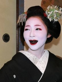 Weird Beauty Trends Throughout History